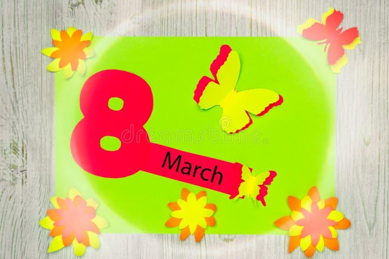 Handgemachte Grußkarte Die Aufschrift am 8. März und die Blumen und die Schmetterlinge des Papiers Flache Lage lizenzfreie stockfotografie