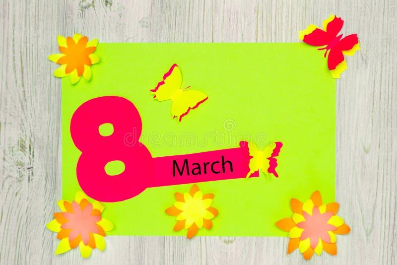 Handgemachte Grußkarte Die Aufschrift am 8. März und die Blumen und die Schmetterlinge des Papiers Flache Lage stockfotos
