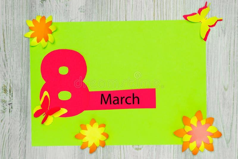 Handgemachte Grußkarte Die Aufschrift am 8. März und die Blumen und die Schmetterlinge des Papiers Flache Lage Kopieren Sie Platz lizenzfreies stockbild