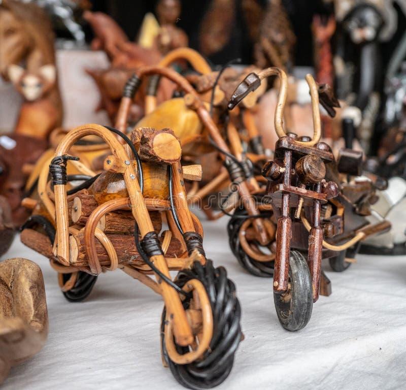 Handgemachte hölzerne Motorräder an einer Flohmarkt stockfoto