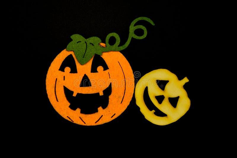 Handgemachte Halloween-Kürbise lokalisiert auf schwarzem Hintergrund Schwamm und hölzerne Kürbise stockfotos