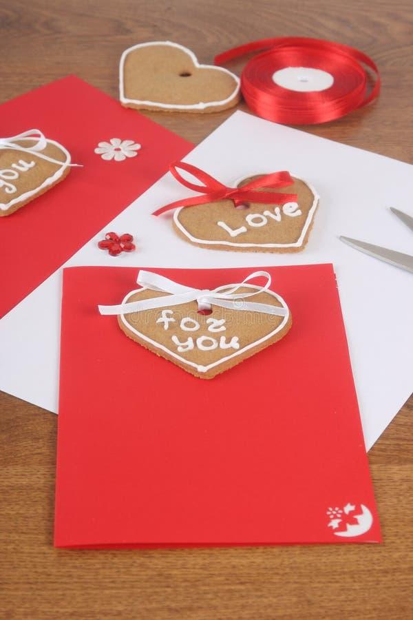Handgemachte Karten mit Kuchen für Valentinsgruß-Tag stockfoto