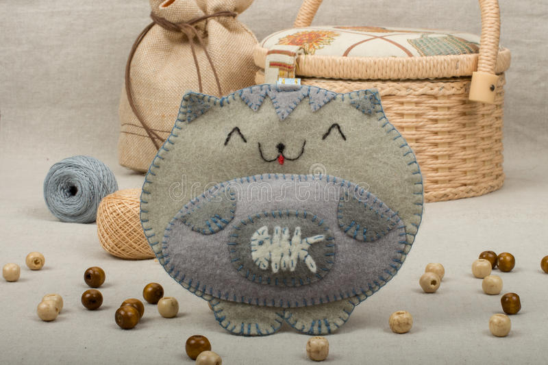Handgemachte Katze des grauen Spielzeugs vom Filz lizenzfreie stockfotos