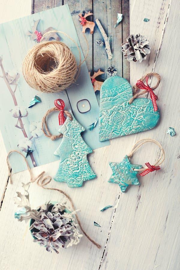 Handgemachte keramische Weihnachtsdekorationen mit Weihnachtsmotiv prin stockfotografie