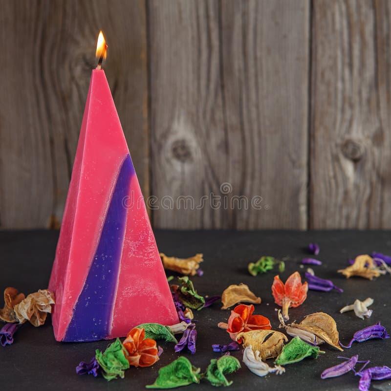 Handgemachte Kerze in Form einer Pyramide stockfotos