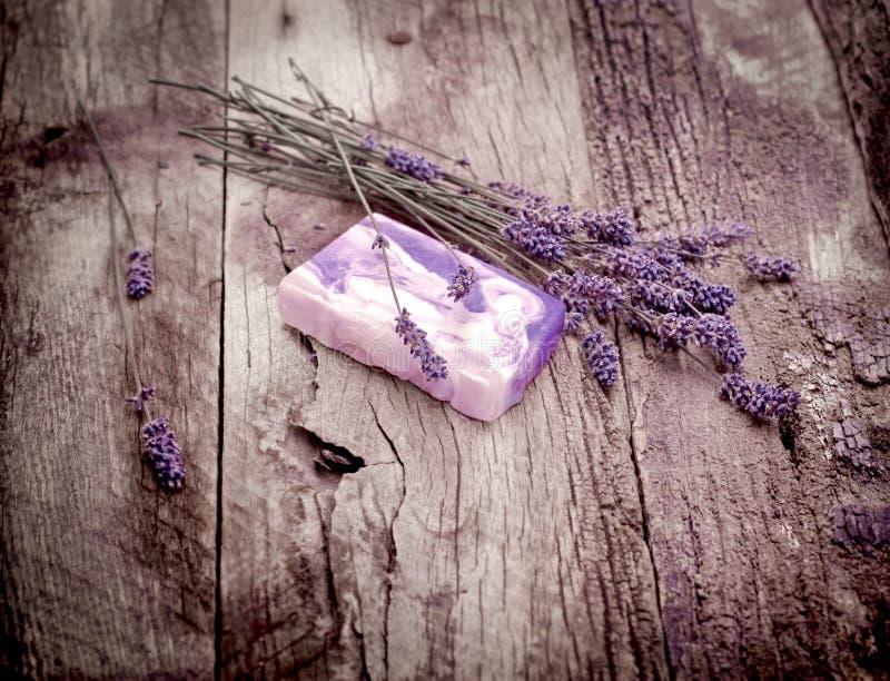 Handgemachte Lavendelseife und trockener Lavendel - Badekurortkonzept stockfotografie