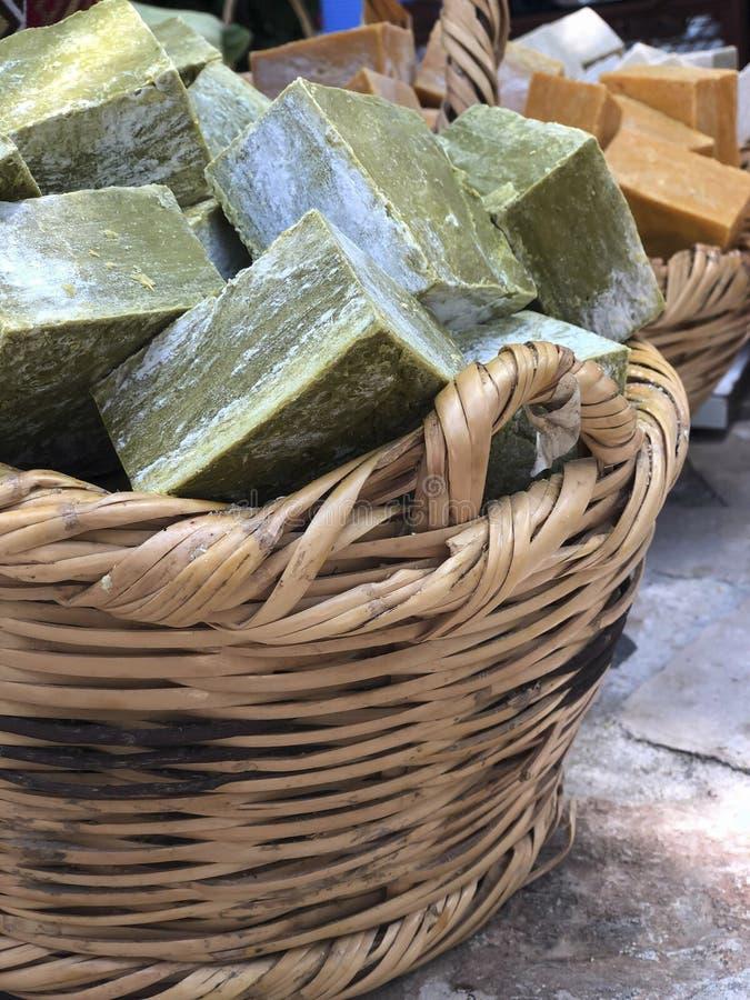 Handgemachte natürliche Stück Seifen im Korb lizenzfreie stockbilder