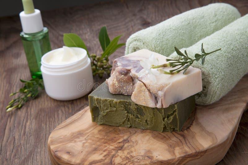 Handgemachte organische Seife und Gesichts-Creme lizenzfreie stockfotos