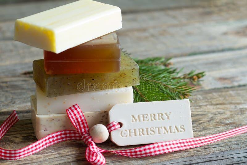 Handgemachte organische Seifenverzierung mit kosmetischem Hintergrund der Tannenbaum-Zusammenfassung Weihnachts stockbilder