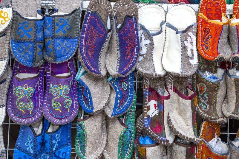 Handgemachte orientalische Pantoffel hergestellt vom Filz mit einer nationalen Verzierung markt Reise kyrgyzstan stockbilder