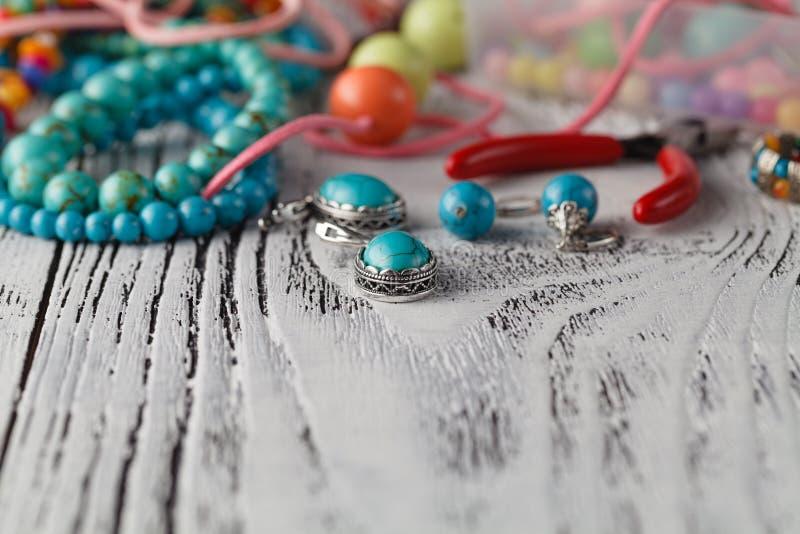 Handgemachte Perle, die Zubehör herstellt stockbilder