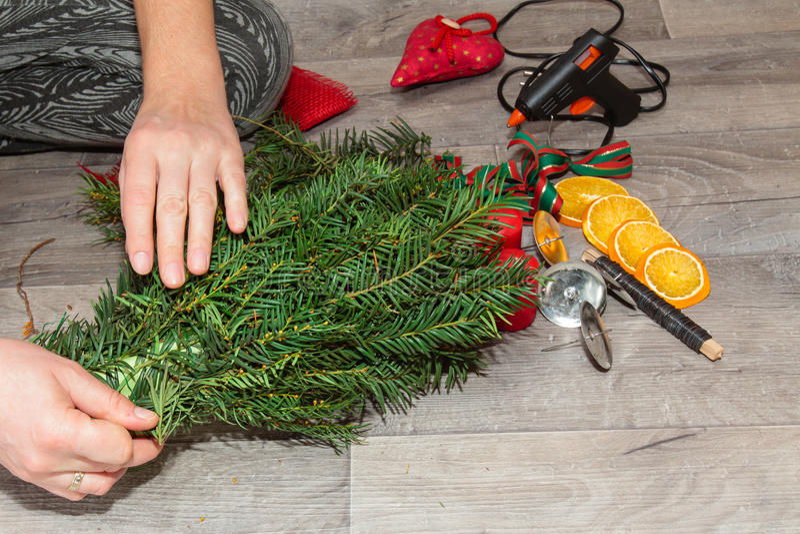 Handgemachte Produktion Weihnachtskränze lizenzfreie stockfotos