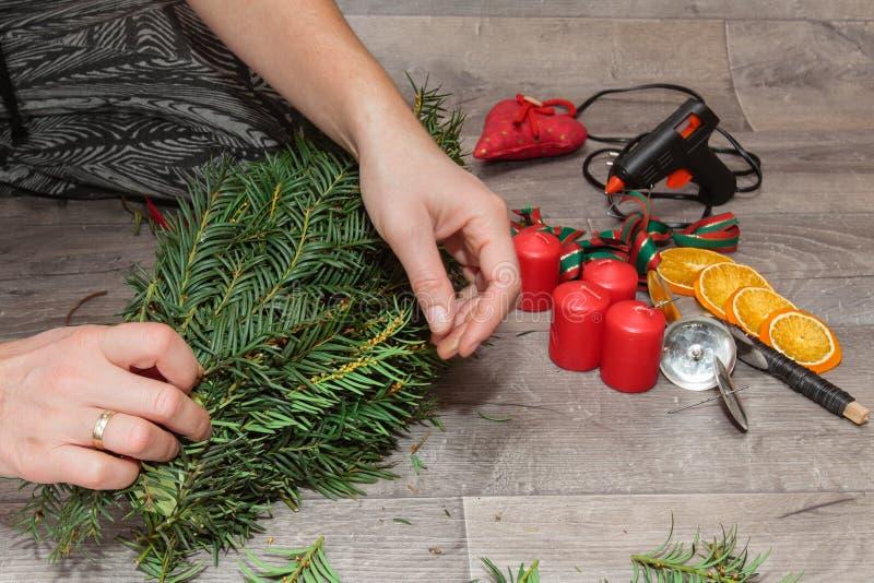 Handgemachte Produktion Weihnachtskränze stockfotos