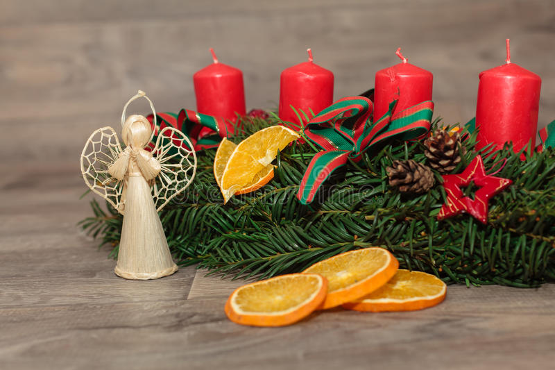 Handgemachte Produktion Weihnachtskränze stockfoto
