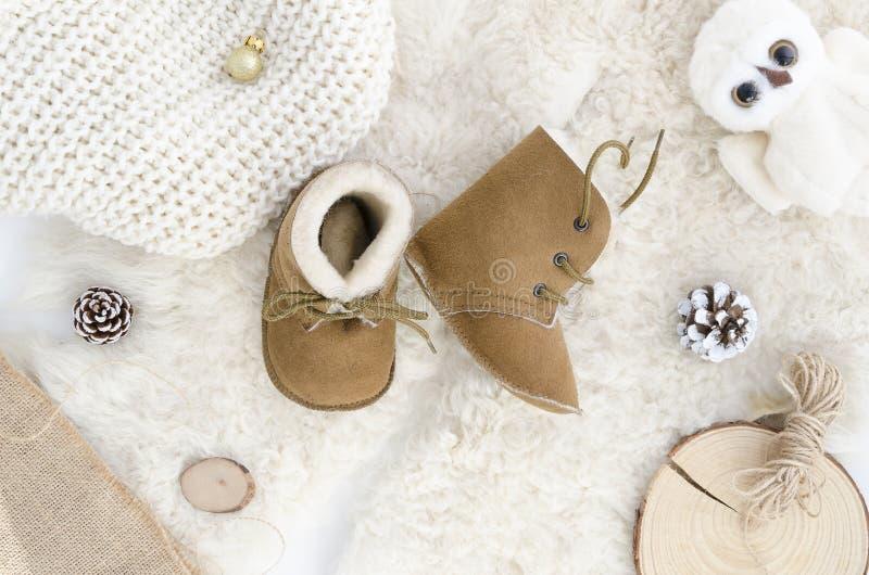 Handgemachte Schaffell-Baby-Stiefel, Pantoffel, Schuhe, Mokassine Echtes ledernes weiches natürliches Browns Winterkonzept-Ebenen stockbild