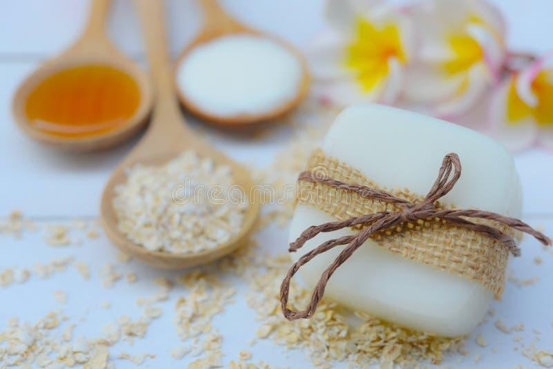 Handgemachte Seifennahaufnahme Tuch, Massagesteine und exotische Blume lizenzfreie stockbilder
