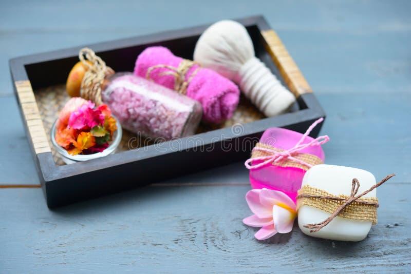 Handgemachte Seifennahaufnahme Tuch, Massagesteine und exotische Blume stockbild