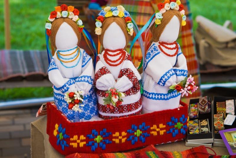 Handgemachte Textilflickenpuppen in einer Geschenkbox, ukrainisches ethnisches traditionelles Spielzeug motanka lizenzfreies stockbild