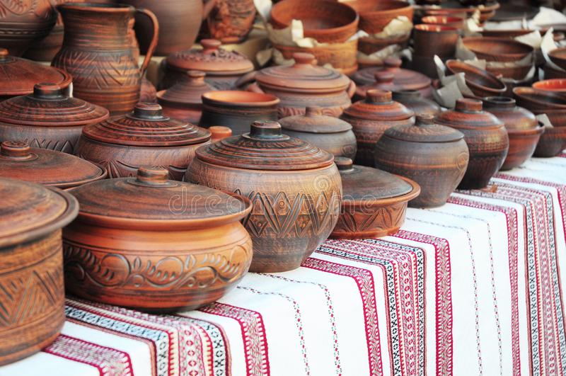 Handgemachte Tonwaren Traditionelle keramische Krüge Handgemachte keramische Tonwaren mit keramischen Töpfen und Clay Plates lizenzfreies stockfoto