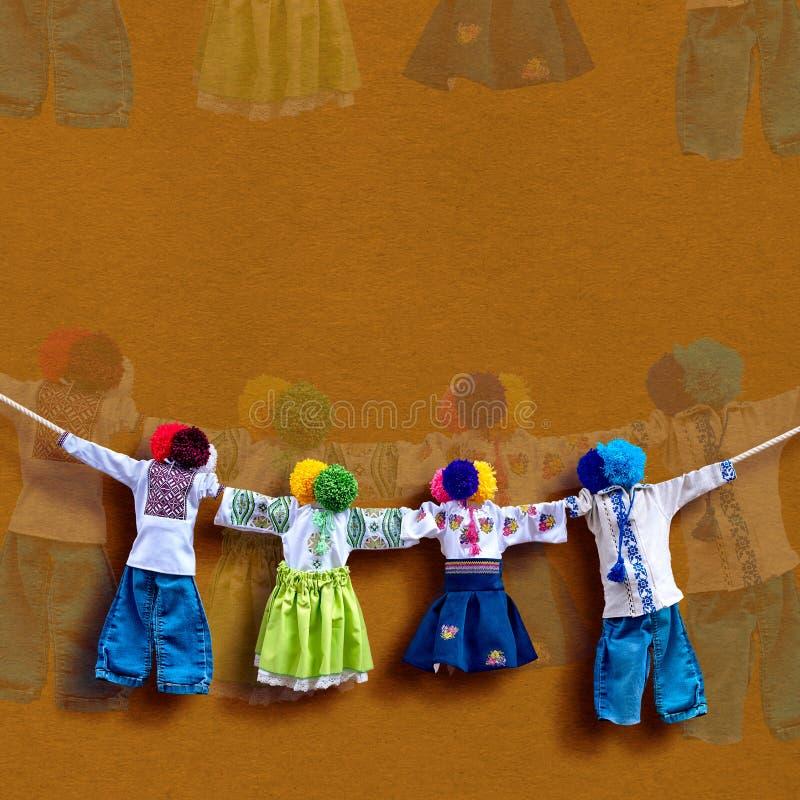 Handgemachte ukrainische Textilpuppen auf Hintergrund, traditionelle Volksflickenpuppe Motanka in der ethnischen Art, altes Kultu lizenzfreies stockfoto