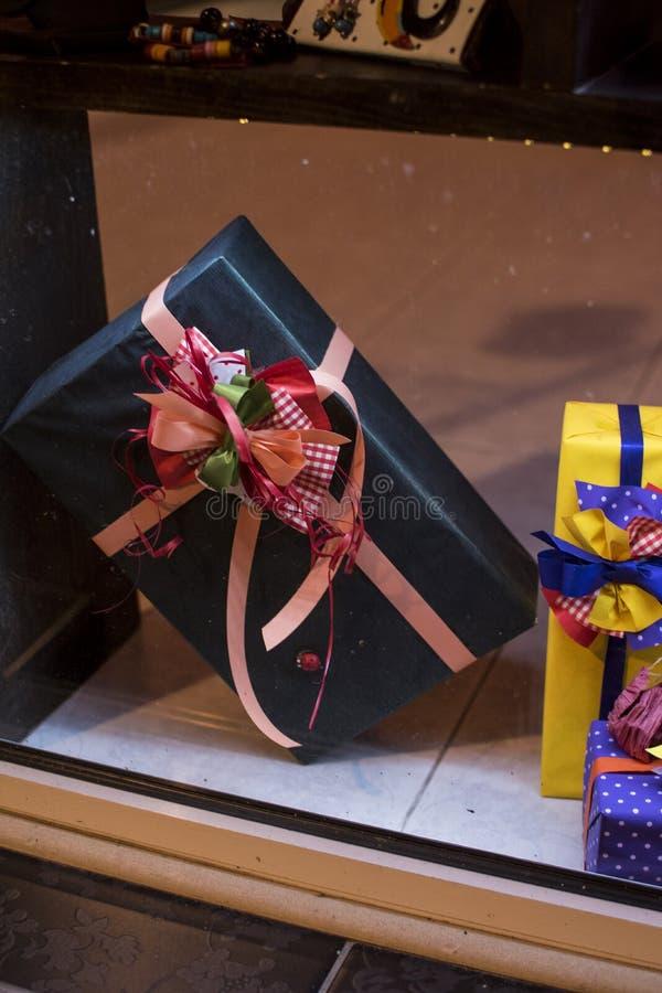 Handgemachte verzierte Geschenke Ein Geschenk ist ein Gegenstand, der gegeben wird und bietet jemand für freies als Zeichen der N stockbild