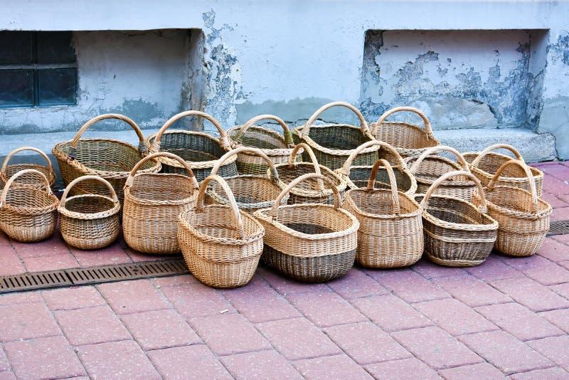 Handgemachte Weidenkörbe für Verkauf stockfoto
