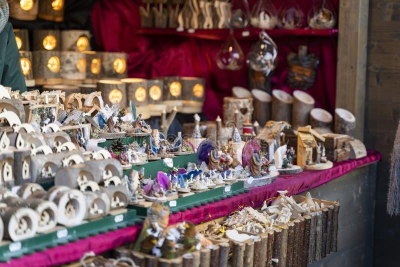 Handgemachte Weihnachtsdekoration aus Holz auf einem Weihnachtsmarktstand in Meran-Süden Tirol Italien heraus lizenzfreies stockfoto