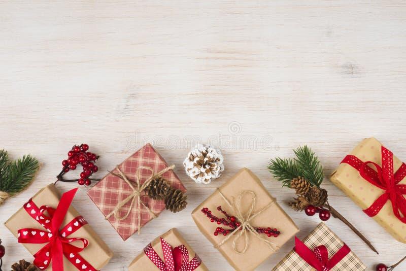 Handgemachte Weihnachtsgeschenkboxen und -dekoration auf hölzernem Beschaffenheitshintergrund stockbilder
