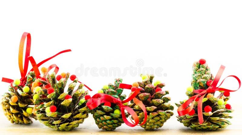 Handgemachte Weihnachtsverzierungen als Grußhintergrund lizenzfreie stockbilder