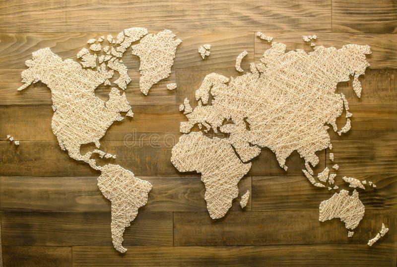 Handgemachte Weltkarte auf hölzernem Hintergrund für Inneneinrichtung, Spitze stockbild