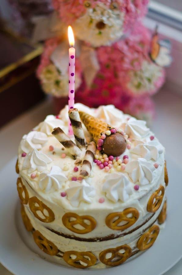 Handgemachter Geburtstagskuchen für Baby stockfotos