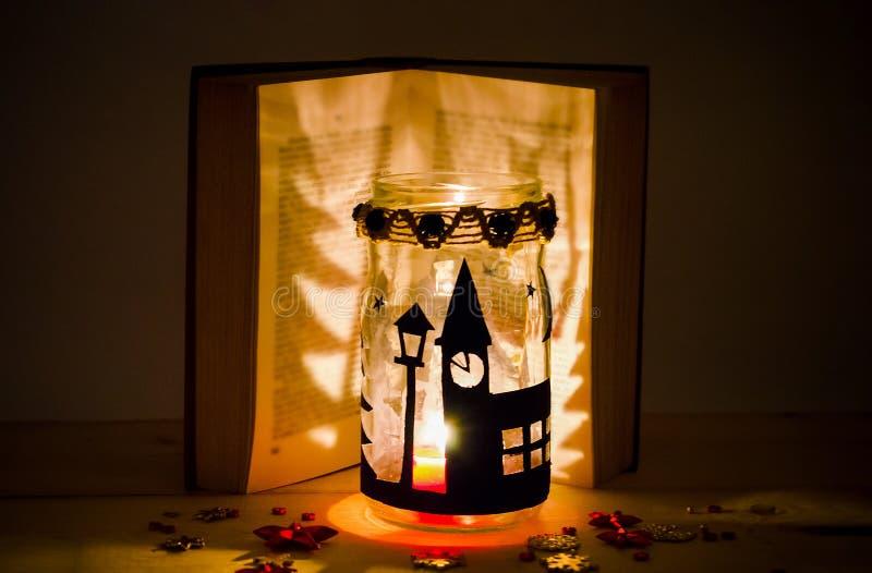 Handgemachter Kerzenhalter und ein Buch stockfoto