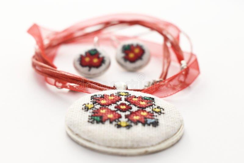 Handgemachter Kreuzstich-Schmuck stellte rote Blume ein stockfoto