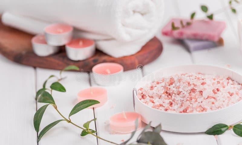 Handgemachter Salz-Pfirsich scheuern sich mit Argan Oil Himalajasalz Toilettenartikel, Badekurort stellten mit Kerzen und weißem  lizenzfreie stockfotos