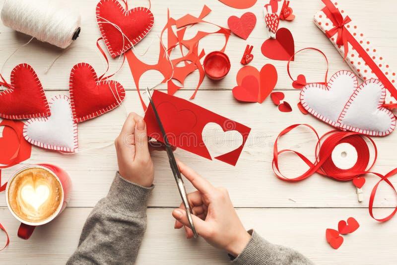 Handgemachter scrapbooking Hintergrund des Valentinstags lizenzfreie stockfotos