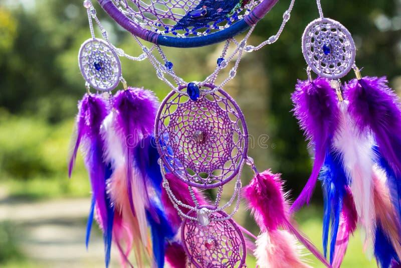Handgemachter Traumfänger mit Federthreads und Perlen rope das Hängen stockfotografie