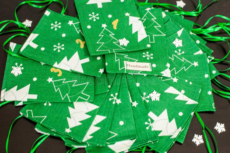 Handgemachter Weihnachtseinführungskalender für Kinder, grüne Einführung nummerierte die Säcke, die bereit sind, mit Spielwaren u lizenzfreie stockbilder
