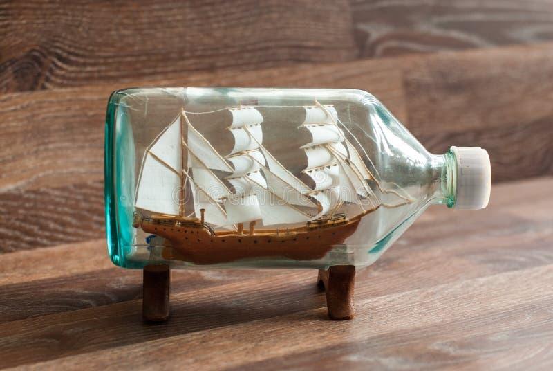 Handgemachtes Schiff in einer Flasche lizenzfreies stockbild