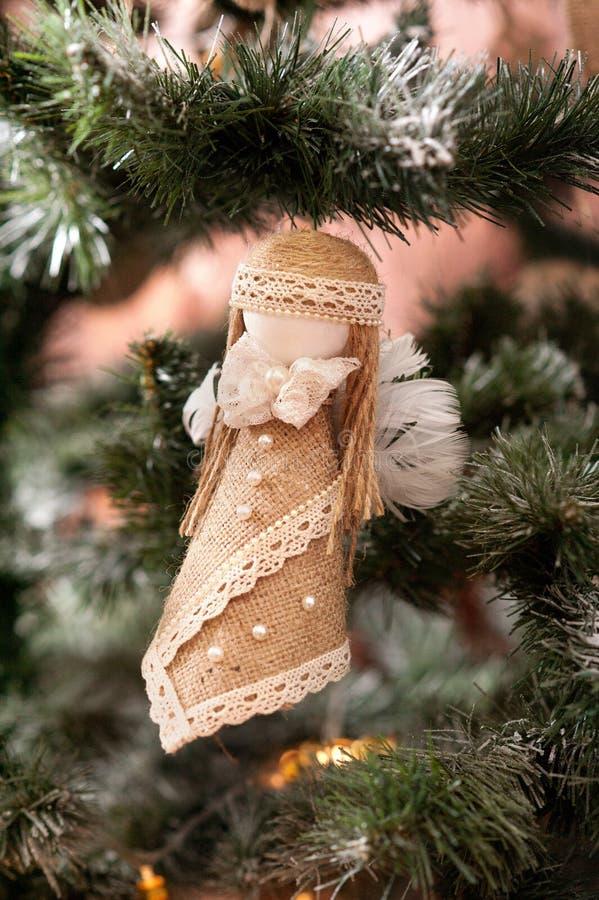 Handgemachtes Spielzeug auf Baum des neuen Jahres stockbilder