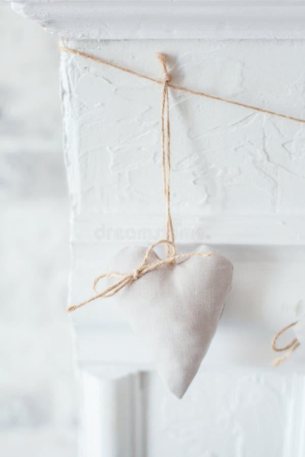Handgemachtes Textilweißes Herz auf einem weißen Hintergrund, rustikale Art Romance Konzept stockbilder