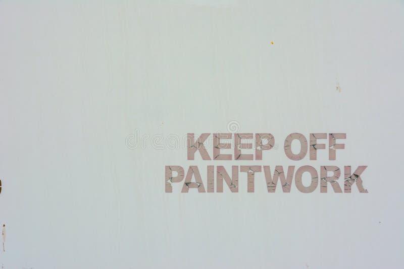 Handgemalt halten Sie weg vom Warnzeichen-Weißhintergrund der Malerarbeiten stockbilder