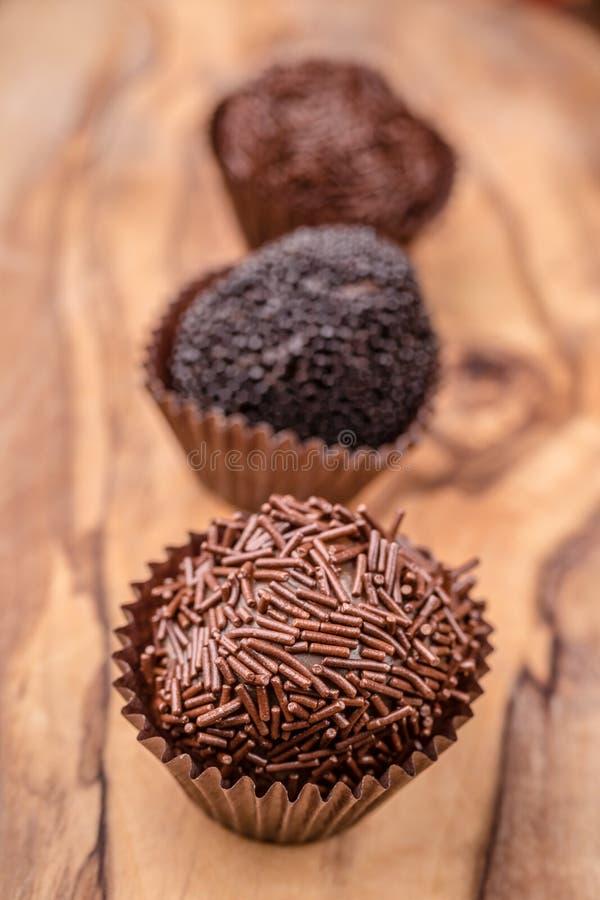 Handgerollte feinschmeckerische Schokoladen-Trüffeln stockfotos