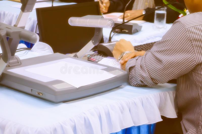 Handgeschäft und -papiere auf Tabellengeschenk ein Sitzungsseminar mit Kopienraum addieren Text warme Retro- Tonfarbe stockfotos
