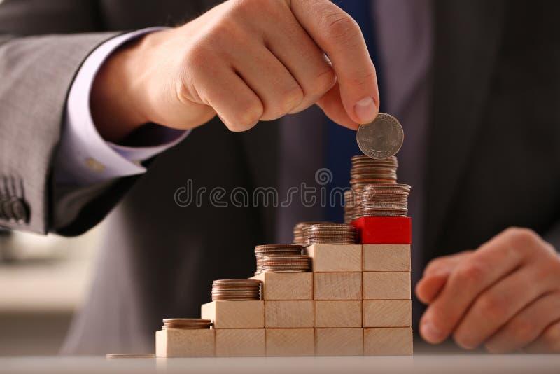 Handgeschäftsmann, der Stiftgeld steckt lizenzfreie stockbilder