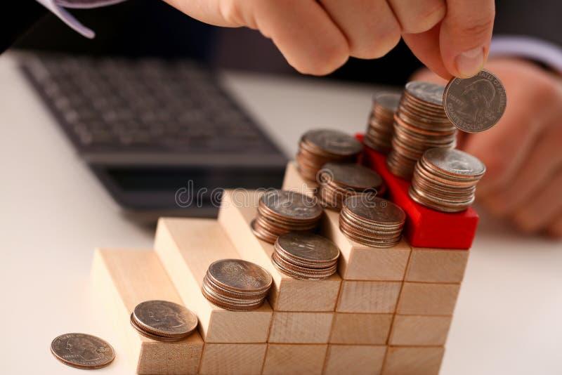 Handgeschäftsmann, der Stiftgeld steckt lizenzfreies stockfoto