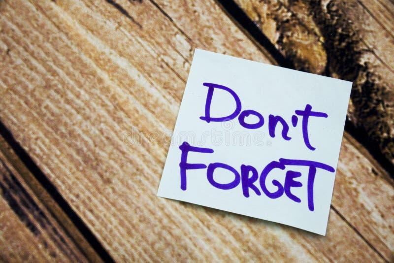 Handgeschrieben vergessen Sie nicht positive und Motivmitteilung auf dem Weißbuch mit Retro- hölzernem Barkenhintergrund Motivhan stockfotos