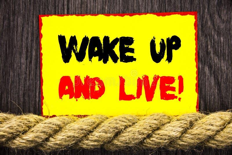 Handgeschriebene Textzeichenvertretung wachen auf und leben Begriffsfoto Motiverfolgs-Traum Live Life Challenge geschrieben auf k lizenzfreie stockfotografie