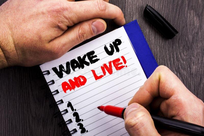 Handgeschriebene Textzeichenvertretung wachen auf und leben Begriffsfoto Motiverfolgs-Traum Live Life Challenge geschrieben auf N stockbilder