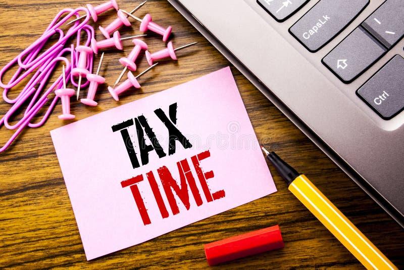 Handgeschriebener Text, der Steuer-Zeit zeigt Geschäftskonzept für die Besteuerungs-Finanzanzeige geschrieben auf rosa klebriges  stockfotos