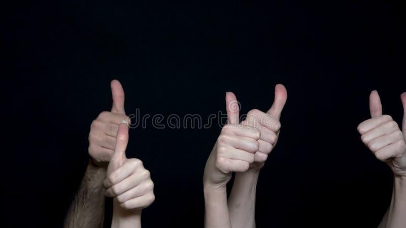 Handgesten gillar Mänskliga händer som visar det ok tecknet Olika händer som visar upp tummar Svart isolerad bakgrund arkivbilder
